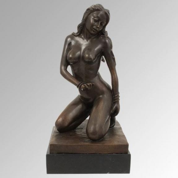 Bronces: Mujer desnuda arrodillada