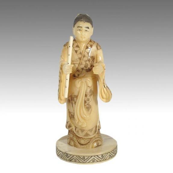 Hueso tallado: Dios con flauta 18cm