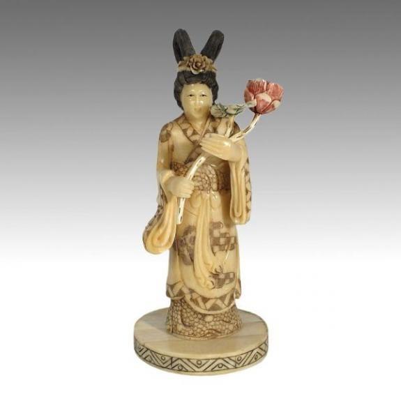 Hueso tallado: Diosa con ramo de flores 19cm