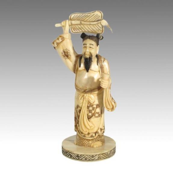 Hueso tallado: Dios con abanico 21cm