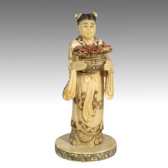 Hueso tallado: Diosa con cesta de flores 18cm